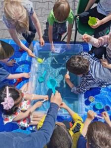Wyławianie kostek lodu z wody, nabieranie wody w strzykawkę